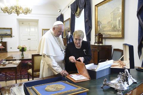 Presidenta Bachelet entregó al Papa Francisco la primera Política Pública en Reinserción Social que elaboró el Ministerio de Justicia y Derechos Humanos
