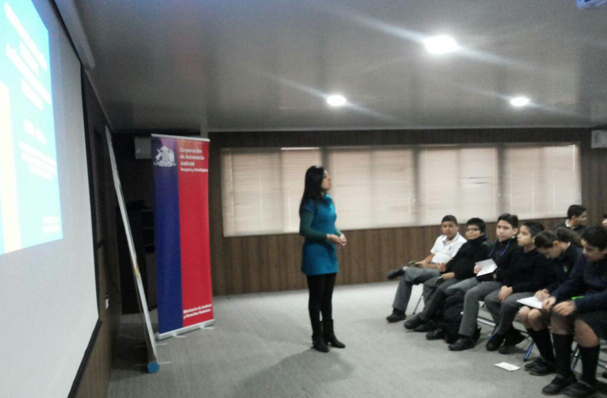 """CAVI de Arica y Parinacota dicta charla en colegio como parte de la campaña """"Prevengamos el abuso infantil"""